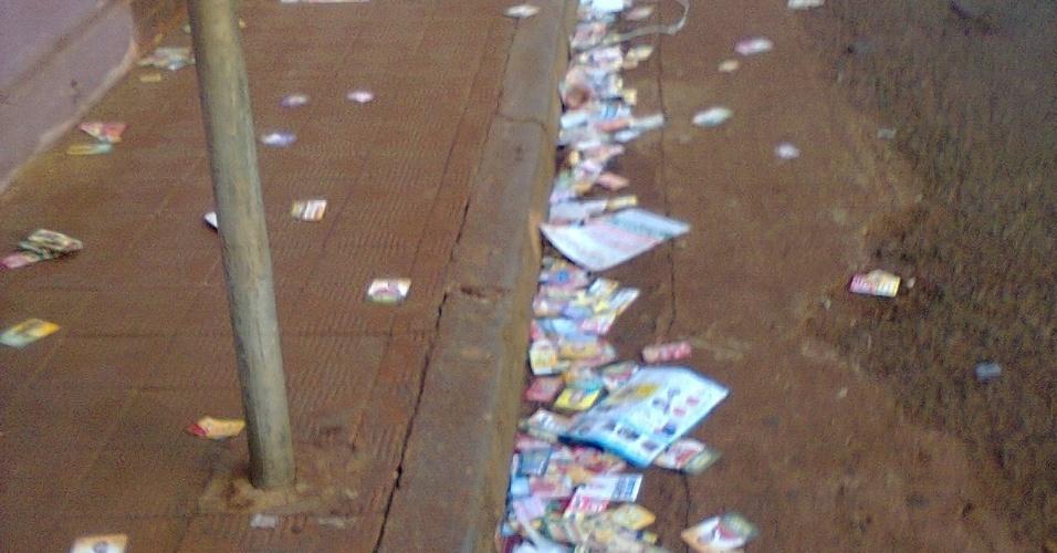 7. out.2012 - O eleitor Pedro Henrique registrou o acúmulo de santinhos e cartelas de adesivos nas ruas de Itumbiara, município no sul de Goiás