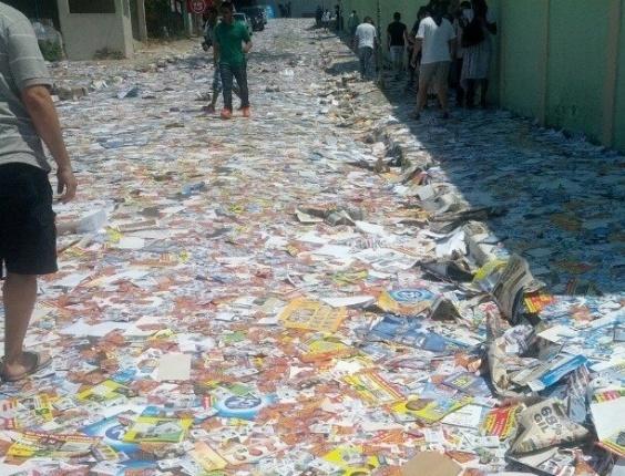 7.out.2012 - A eleitora Nathalia registrou rua totalmente tomada por santinhos em Barueri (SP)
