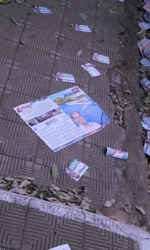 7.out.2012 - A eleitora Nelcíria Pereira Pessoa registrou santinhos jogados em rua próxima a zona eleitoral, em Governador Valadares (MG)