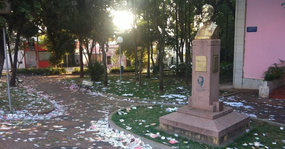 7.out.2012 - Eleitor registra chão da Escola Prudente de Moraes, em Piracicaba (SP), cheio de santinhos