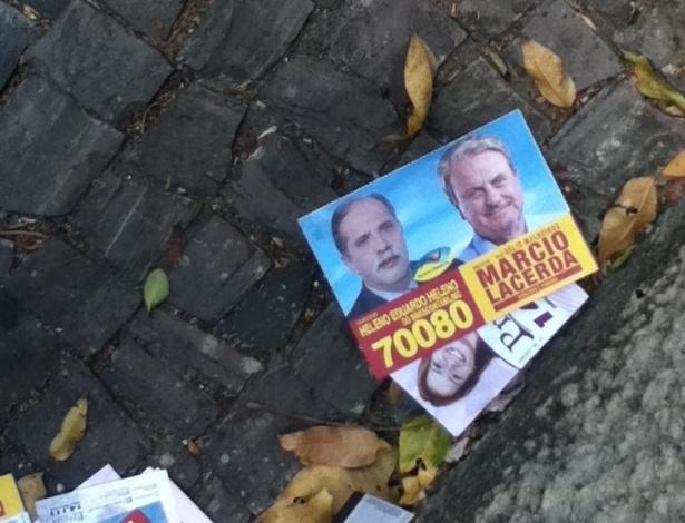 7.out.2012 - Eleitor registra santinhos acumulados no cruzamento da rua Viçosa com avenida do Contorno, em Belo Horizonte (MG)