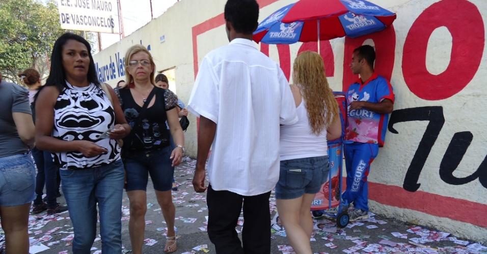 7.out.2012 - Eleitor Reinaldo Rodrigues registra acúmulo de santinhos na rua de Diadema (SP)