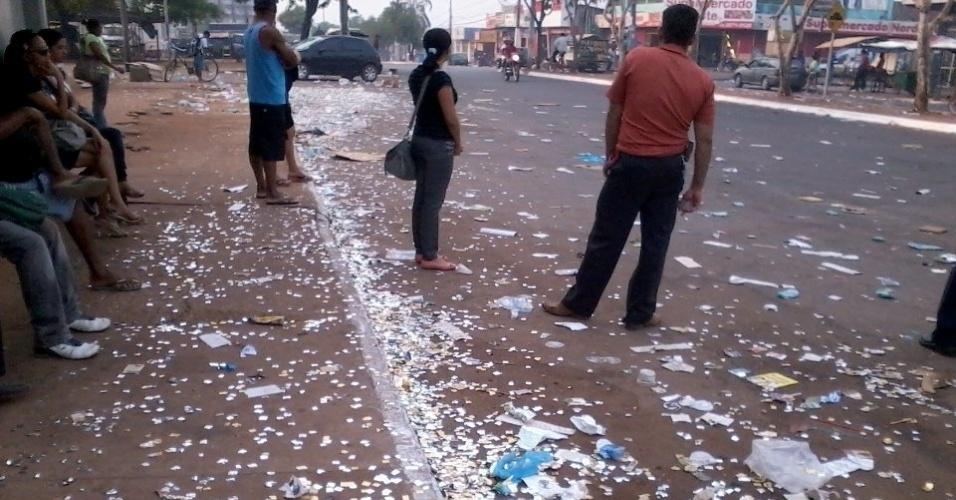 7.out.2012 - O eleitor Anderson Santos registrou rua coberta de santinhos eleitorais em Palmas (TO)