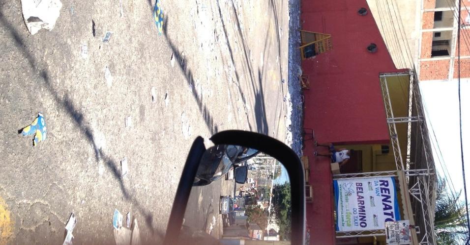 7.out.2012 - O eleitor Daniel Sampaio registrou acúmulo de santinhos em rua do bairro de Olinda, em Nilópolis (RJ)