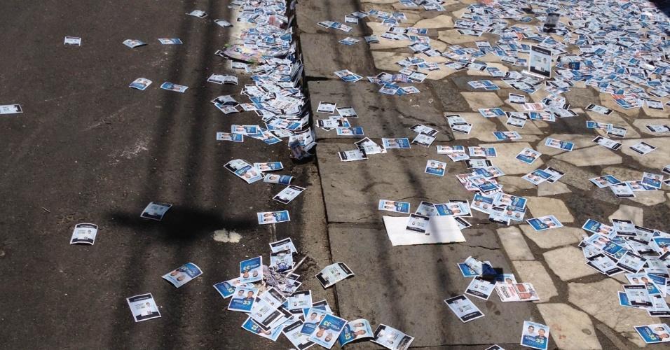 7.out.2012 - O eleitor Daniel Sampaio registrou calçada cheia de santinhos eleitorais no bairro de Paiol, em Nilópolis (RJ)