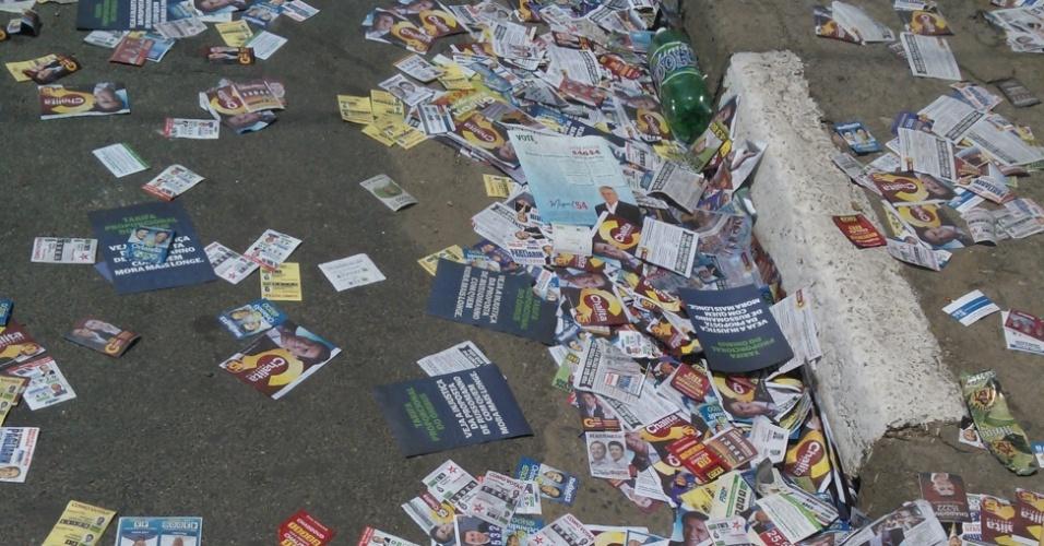 7.out.2012 - O eleitor Jailson Reis da Silva registrou o acúmulo de santinhos em rua do Capão Redondo, bairro da zona sul de São Paulo
