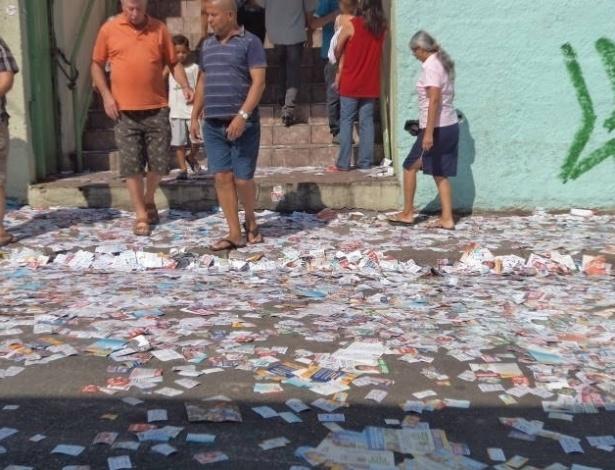 7.out.2012 - O eleitor José Correia Sobrinho registrou rua cheia de santinhos em torno do colégio Newton Espírito Santo Ayres, no Jardim Santo Antônio, em Osasco. Segundo ele, mesmo com a polícia próxima ao local, pessoas continuavam jogando santinhos de dentro dos carros