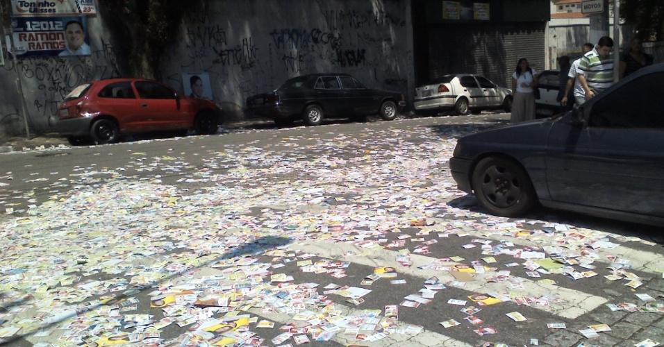 7.out.2012 - O eleitor Leo Lucca registrou rua coberta de santinhos eleitorais em São Bernardo do Campo (SP)