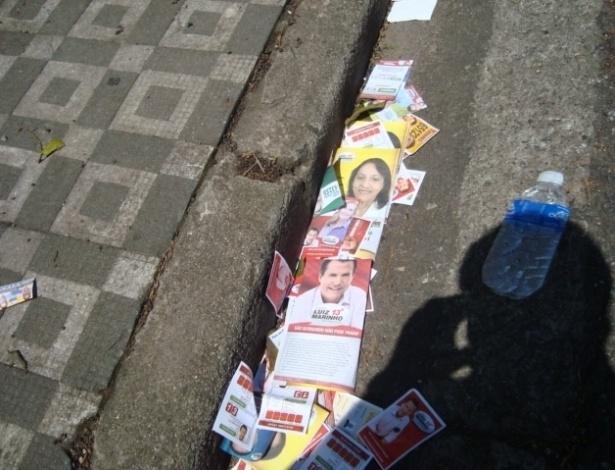 7.out.2012 - O eleitor Márcio Ozon Zoppi registrou rua de São Bernardo do Campo repleta de santinhos já na manhã de domingo, por volta das 6h30. O endereço fica próximo de uma zona eleitoral