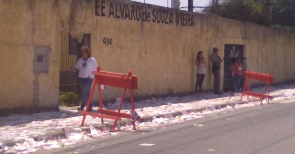 7.out.2012 - O eleitor  Mauro Munhoz Martins Fernandes registrou rua de escola que serviu como seção de votação repleta de santinhos após o fim do pleito, em Ribeirão Pires (SP)
