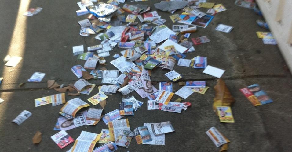 7.out.2012 -Eleitor registra rua cheia de santinhos no bairro de Serra, em Belo Horizonte (MG)