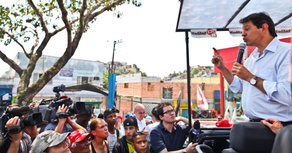 9.out.2012 - O candidato do PT à Prefeitura de São Paulo, Fernando Haddad, discursa durante carreata pelo bairro de Parelheiros, na zona sul da capital. Ele afirmou que