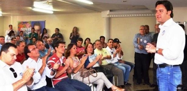 9.out.2012 - Ratinho Jr., candidato do PSC à Prefeitura de Curitiba, se reuniu candidatos de sua coligação para agradecer o empenho e pedir apoio para o segundo turno. O candidato, assim como seu adversário, Gustavo Fruet (PDT), também costura apoios para a nova etapa da eleição