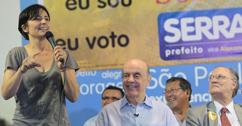 """10.out.2012 - O candidato do PSDB à Prefetiura de São Paulo, José Serra (ao centro), recebe o apoio da ex-candidata do PPS à prefeitura, Soninha Francine, no comitê do tucano, no centro da capital paulista. No local, Soninha brincou com uma célebre frase do deputado federal Paulo Maluf (PP) ao dizer """"Se o Serra não for um bom prefeito, nunca mais votem nele"""""""
