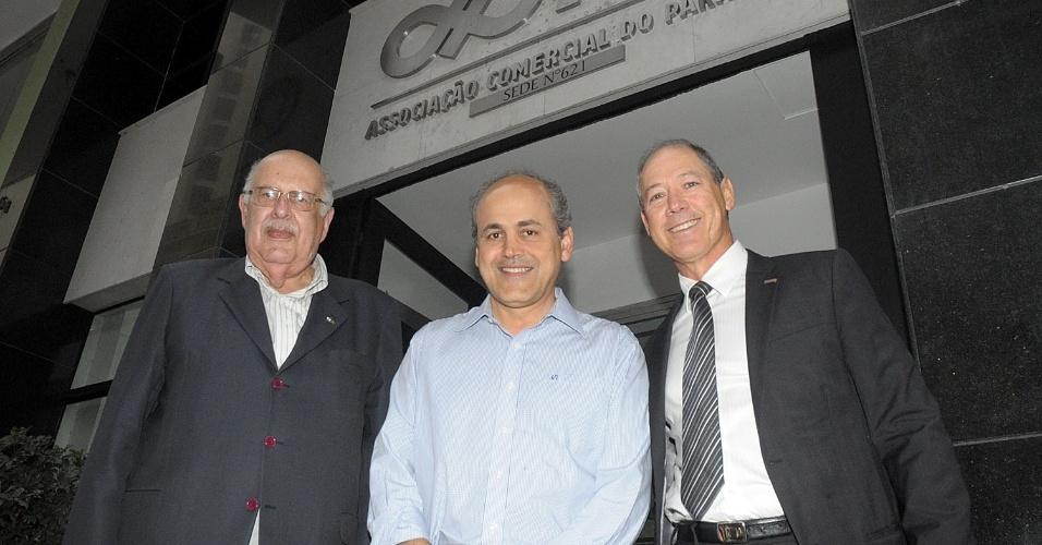 10.out.2012 - Gustavo Fruet (no centro), candidato do PDT à Prefeitura de Curitiba, participou de uma reunião na Associação Comercial do Paraná, após fazer caminhada pela rua Quinze de Novembro