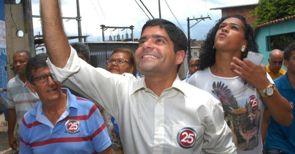 11.out.2012 - ACM Neto, candidato do DEM à Prefeitura de Salvador, faz caminhada pelo bairro Paripe, no subúrbio ferroviário da capital baiana