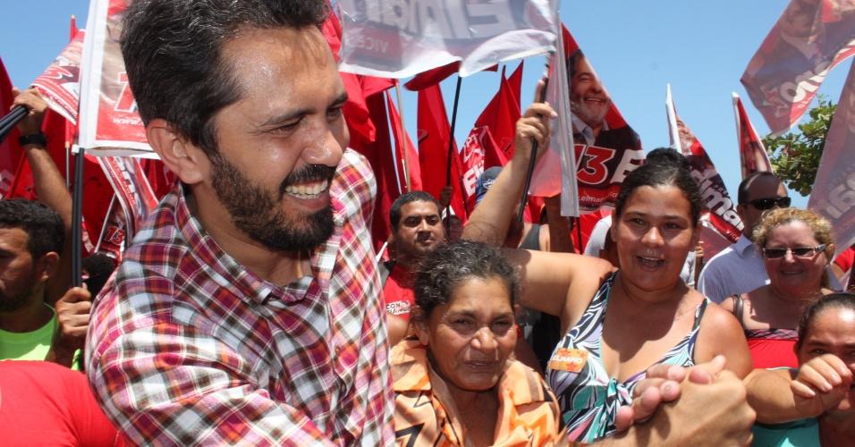 11.out.2012 - Elmano de Freitas, candidato do PT à Prefeitura de Fortaleza, fez caminhada no bairro Serviluz e conversou com moradores sobre os problemas da região