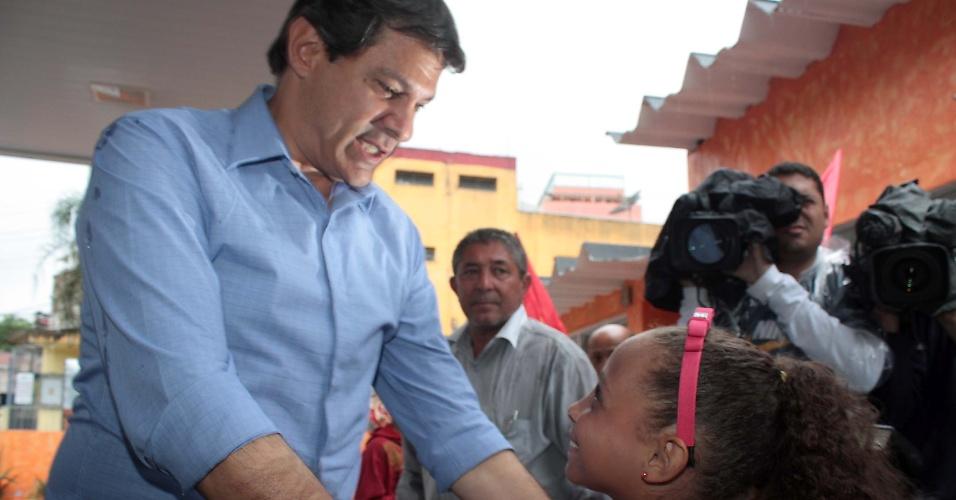 11.out.2012 - Fernando Haddad, candidato do PT à Prefeitura de São paulo, faz caminhada pelo Jardim São Luiz, na zona sul da capital paulista