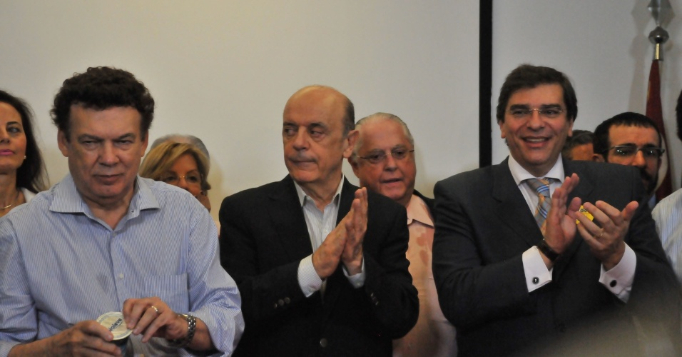11.out.2012 - José Serra (centro), candidato do PSDB à Prefeitura de São Paulo, recebeu o apoio do PTB, partido liderado por Campos Machado (à esq.), e de Flávio D'Urso, que era candidato a vice na chapa de Celso Russomanno (PRB). Russomanno decidiu ficar neutro na disputa