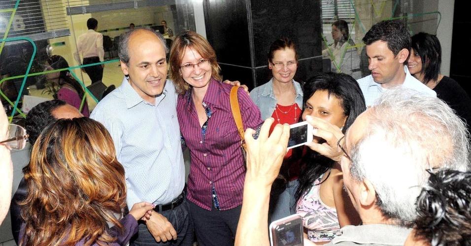 11.out.2012 - O candidato do PDT à Prefeitura de Curitiba, Gustavo Fruet, conversa com eleitores durante caminhada pela rua XV de Novembro, região central da capital paranaense