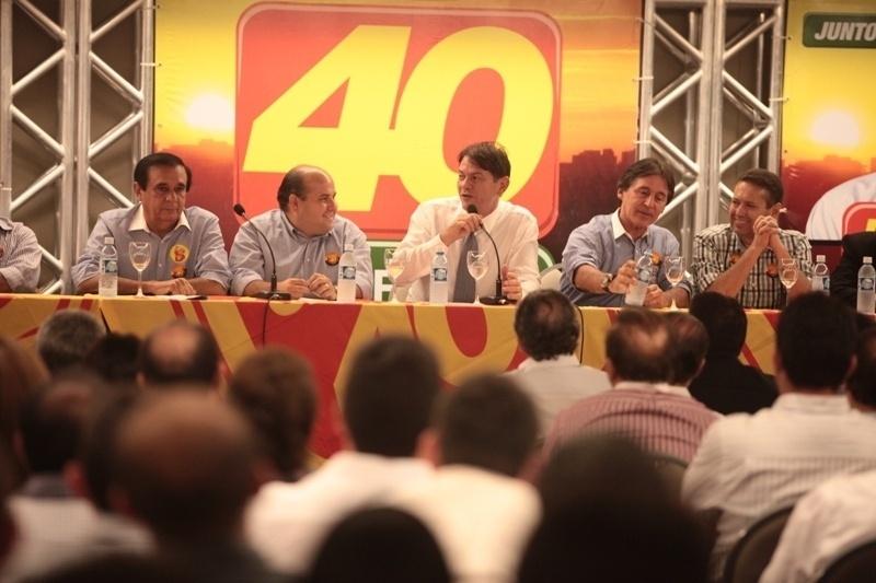11.out.2012 - O candidato do PSB à Prefeitura de Fortaleza, Roberto Claudio (segundo da esq. para a dir.), participa, ao lado do governador do Ceará Cid Gomes (centro), de encontro com lideranças da sua coligação