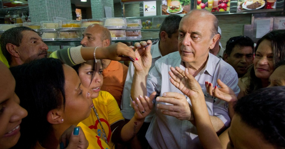 11.out.2012 - O candidato do PSDB à Prefeitura de São Paulo, José Serra, conversa com eleitores durante caminhada pelo bairro Ponte Rasa, zona leste da capital paulista