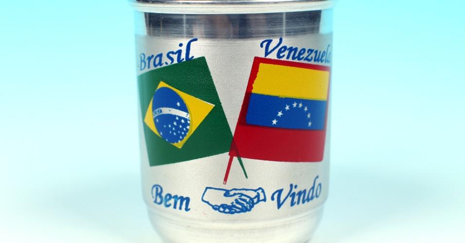 """14.out.2012 - Caneca de alumínio é estampada com bandeiras do Brasil e da Venezuela e serve de lembrança de Pacaraima, no Estado de Roraima. O """"UOL pelo Brasil"""" foi conferir o clima eleitoral por lá, afinal, os venezuelanos também viviam uma campanha política, mas para decidir se Hugo Chávez ganharia um quarto mandato à frente do governo nacional"""