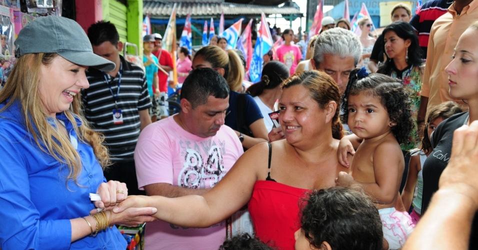 12.out.2012 - A candidata do PC do B à Prefeitura de Manaus, Vanessa Grazziotin (à esq.), cumprimenta eleitores durante caminhada pelo bairro Terra Nova II, na zona norte da capital amazonense