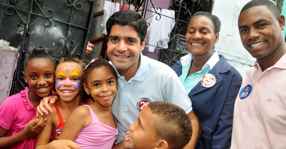 12.out.2012 - ACM Neto, candidato do DEM à Prefeitura de Salvador, comemorou o dia das crianças durante caminhada pela avenida 1º de Janeiro, no subúrbio ferroviário da capital baiana