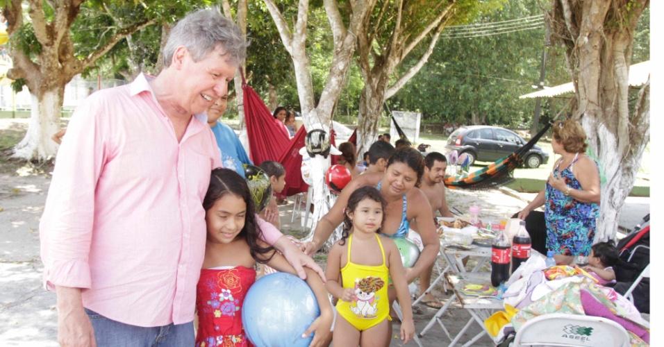 12.out.2012 - Arthur Virgílio, candidato do PSDB à Prefeitura de Manaus, abraça criança durante almoço com integrantes de organizações não-governamentais ligadas a portadores das síndromes do espectro autista, em um sítio na zona rural da capital amazonense