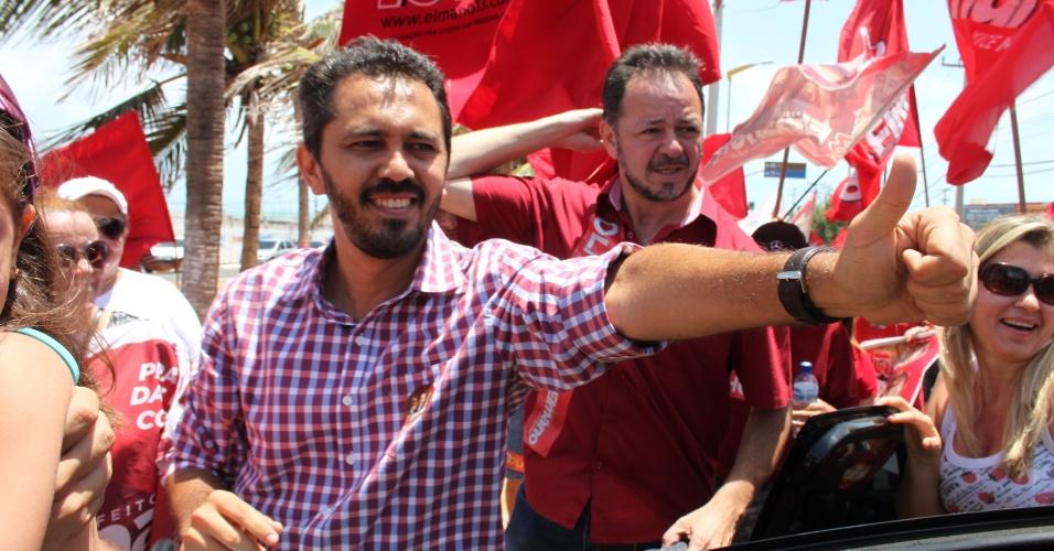 12.out.2012 - Elmano de Freitas, candidato do PT à Prefeitura de Fortaleza, participou de um adesivaço na avenida Santos Dumont, na praia do Futuro