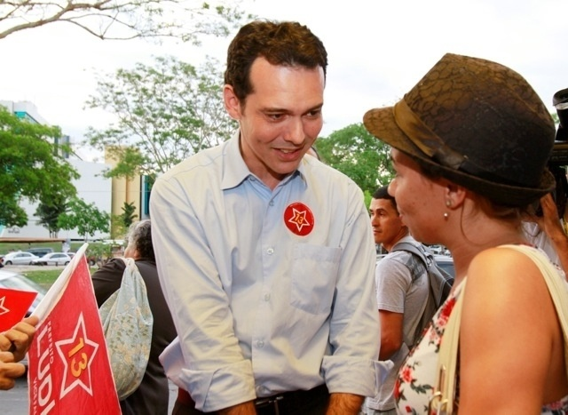 12.out.2012 - Lúdio Cabral, candidato do PT à Prefeitura de Cuiabá, conversa com eleitora durante bandeiraço pela avenida do CPA
