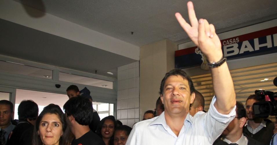 12.out.2012 - O candidato do PT à Prefeitura de São Paulo, Fernando Haddad, faz caminhada pelo Shopping Aricanduva, na zona leste da capital
