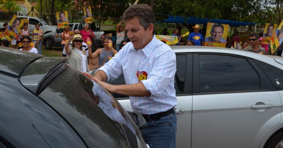 12.out.2012 - Mauro Mendes, candidato do PSB à Prefeitura de Cuiabá, participou de um adesivaço no trevo da saída para a Chapada dos Guimarães