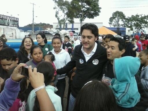 12.out.2012 - Ratinho Junior, candidato do PSC à Prefeitura de Curitiba, participou de caminhada em homenagem ao Dia da Criança no bairro Uberaba, região sul da capital paranaense