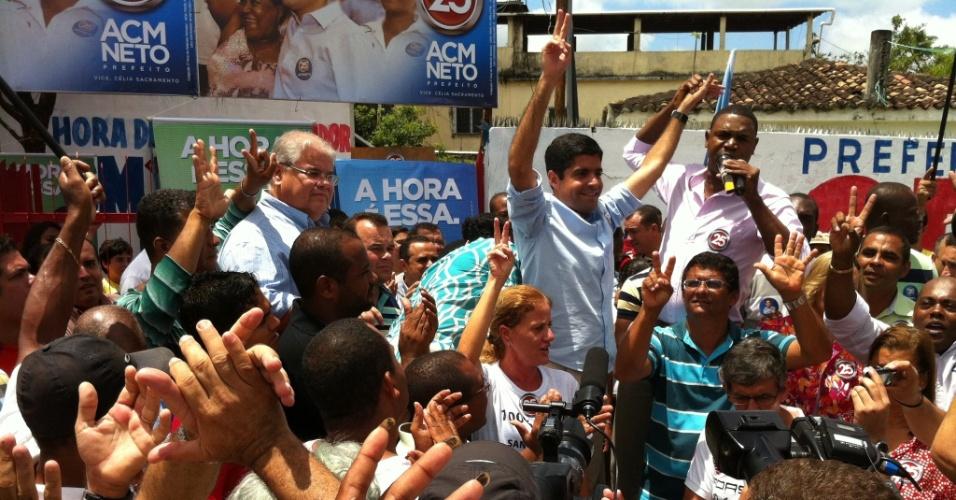 13.out.2012 - ACM Neto (de camisa azul), candidato do DEM, acena para eleitores durante inauguração de comitê no bairro do Paripe, região suburbana da capital baiana