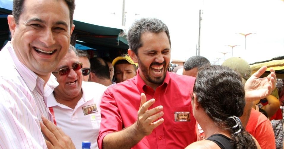 13.out.2012 - Elmano de Freitas, candidato do PT à Prefeitura de Fortaleza, visitou uma feira livre no bairro de São Cristóvão, na zona norte da capital cearense