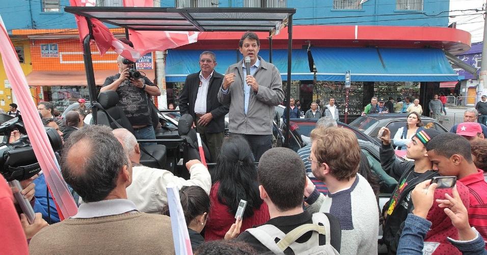 13.out.2012 - Fernando Haddad, candidato do PT à Prefeitura de São Paulo, discursa para eleitores durante caminhada pelo bairro do M'Boi Mirim, zona sul da capital