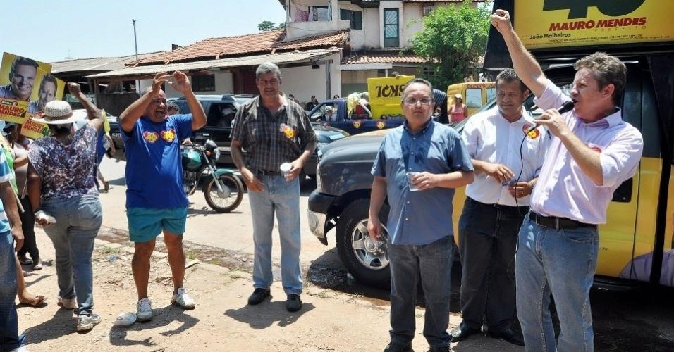 13.out.2012 - O candidato do PSB à Prefeitura de Cuiabá, Mauro Mendes (à dir.), discursa depois de caminhada pelo bairro CPA 1