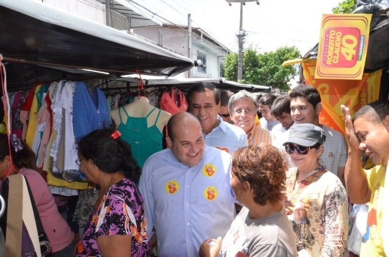 13.out.2012 - O candidato do PSB à Prefeitura de Fortaleza, Roberto Cláudio (de camisa azul), faz caminhada pela feira das Goiabeiras, no bairro Barra do Ceará, zona norte da capital