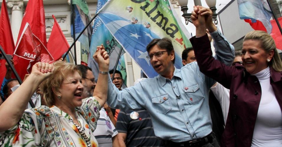 13.out.2012 - O candidato do PT à Prefeitura de Campinas (SP), Marcio Pochmann (de camisa azul), fez caminhada pela rua Treze de Maio com a ministra da Cultura, Marta Suplicy