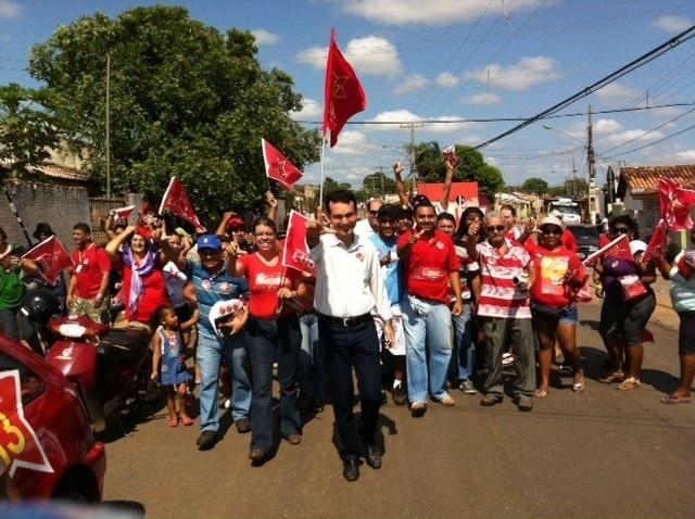 13.out.2012 - O candidato do PT à Prefeitura de Cuiabá, Lúdio Cabral (centro), fez caminhada pelo bairro São Gonçalo, região sul da capital mato-grossense