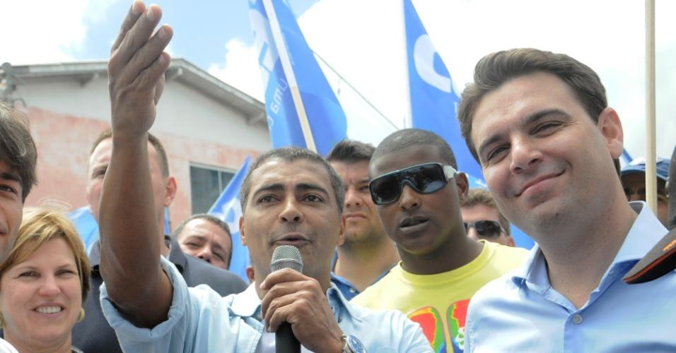 13.out.2012 - O deputado federal Romário discursa durante caminhada com o candidato do PSD à Prefeitura de Florianópolis, César Souza Jr (à dir.), na comunidade Monte Cristo