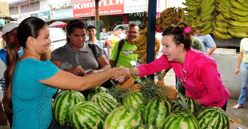 13.out.2012 - Vanessa Grazziotin (à dir.), candidata do PC do B à Prefeitura de Manaus, faz caminhada por uma feira livre no bairro Grande Vitória, zona leste da capital amazonense