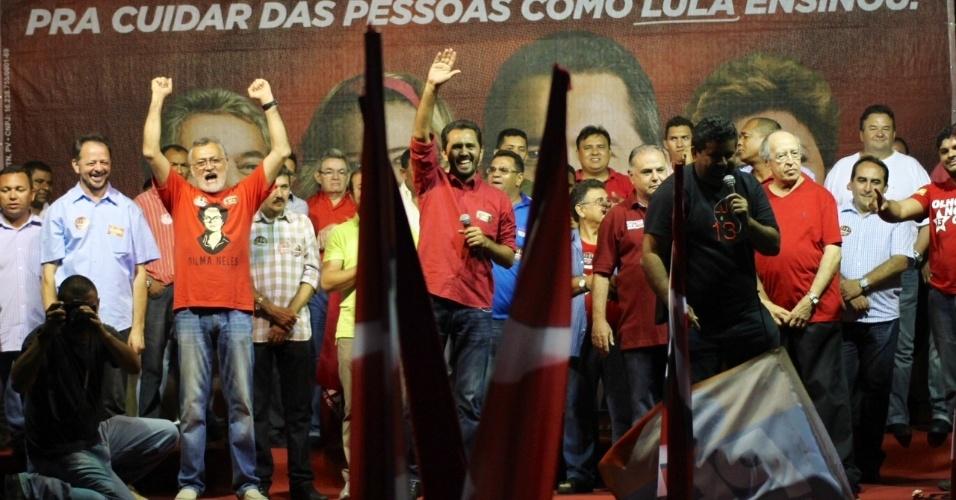 13.out.2012 - Elmano de Freitas (centro), candidato do PT à Prefeitura de Fortaleza, acena para o público durante comício no bairro Canindezinho, região sul da capital cearense