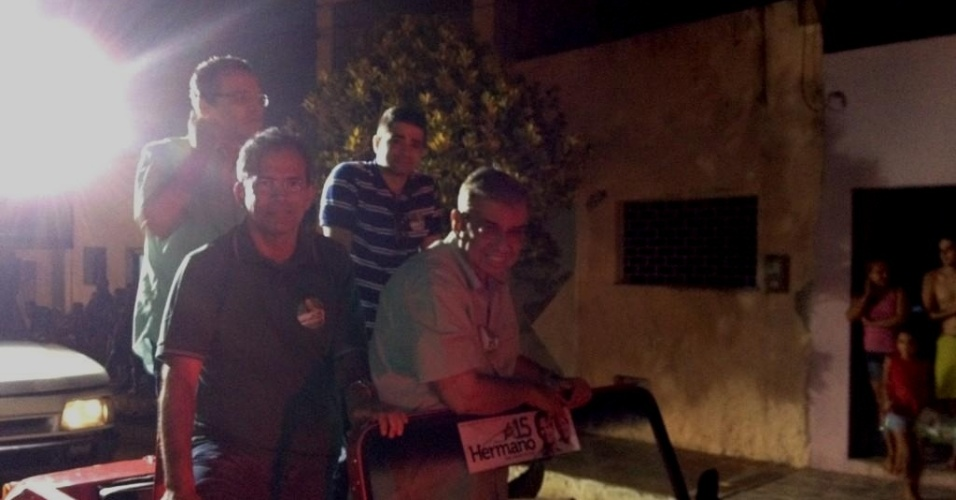 13.out.2012 - Hermano Morais (à esq.), candidato do PMDB à Prefeitura de Natal, faz carreata pelo bairro de Quintas, zona oeste da capital potiguar