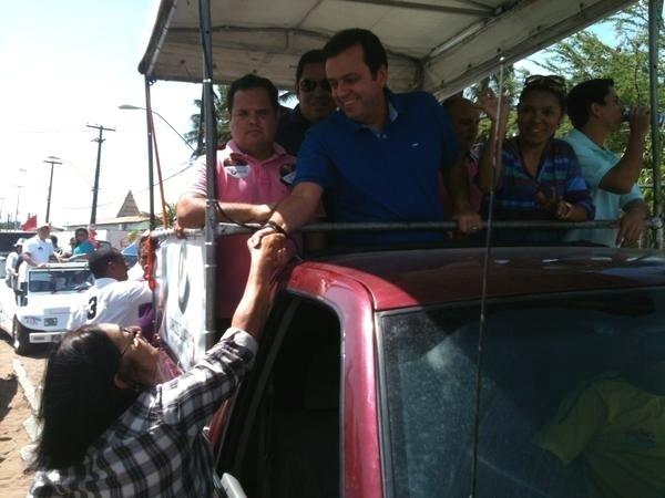 14.out.2012 - Carlos Eduardo, candidato do PDT à Prefeitura de Natal, cumprimenta eleitora durante carreata pela zona norte da capital potiguar