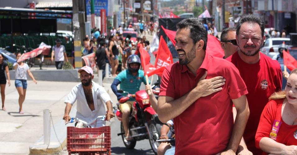 14.out.2012 - Elmano de Freitas, candidato do PT à Prefeitura de Fortaleza, participa de carreata pela região leste da capital cearense