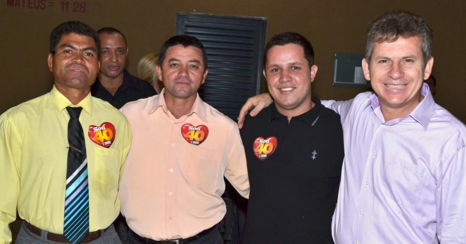 14.out.2012 - Mauro Mendes (à dir.), candidato do PSB à Prefeitura de Cuiabá, se reúne com integrantes de comunidades evangélicas. No primeiro turno, o grupo apoiou seu adversário Lúdio Cabral (PT)