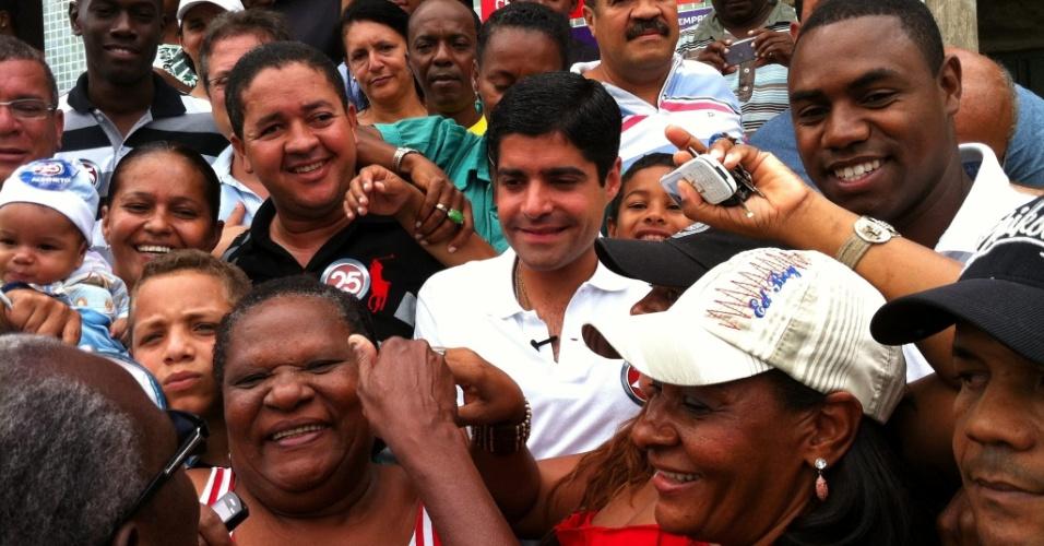 14.out.2012 - O candidato do DEM à Prefeitura de Salvador, ACM Neto (centro, de camisa branca), faz caminhada pelo bairro Cajazeiras 11